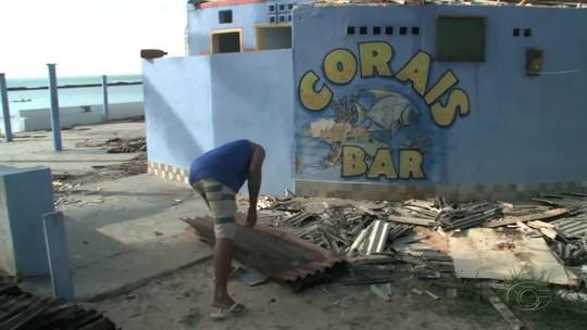 Barracas da Praia do Francês, em Alagoas, começam a ser demolidas