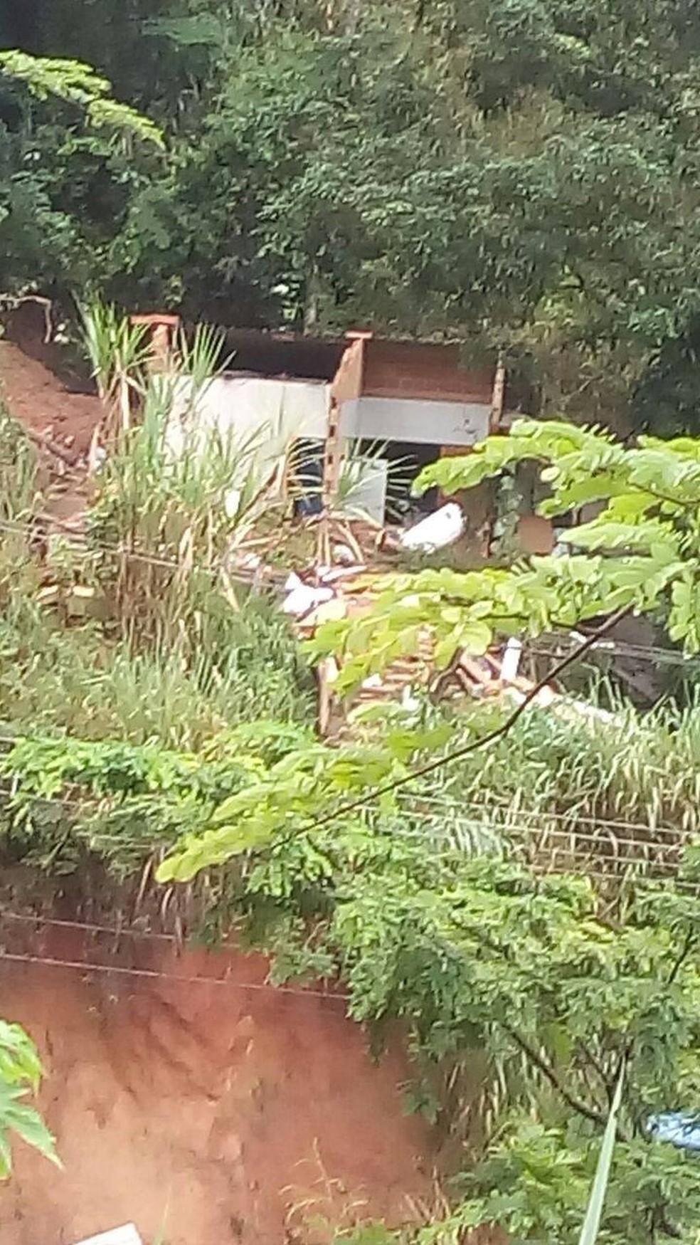 Criança estava dentro da casa, quando uma barreira caiu e a soterrou em Petrópolis (Foto: Gabriela Soares | Arquivo Pessoal)