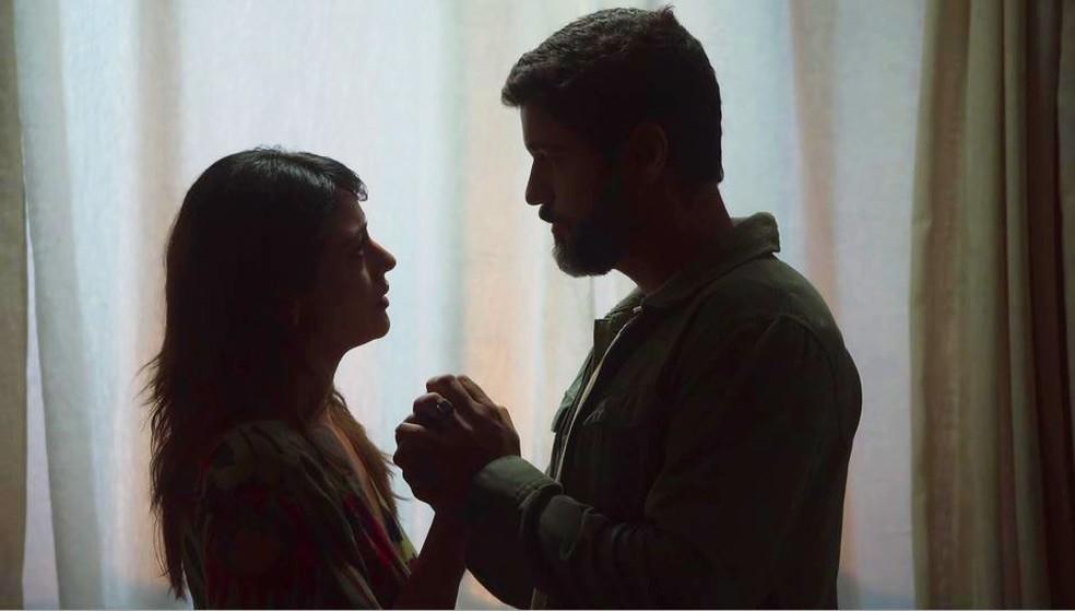 Helena (Carol Castro) e Hussein (Bruno Cabrerizo) se despedem em 'Órfãos da Terra' — Foto: Globo