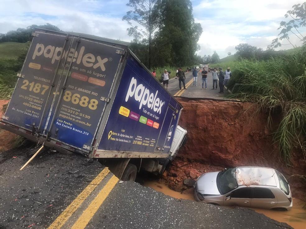 Cratera engoliu quatro veículos na madrugada desta quarta-feira (29) na MG-133 em Tabuleiro — Foto: Rodrigo Neves/G1