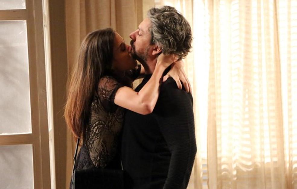 Cora (Marjorie Estiano) machuca José Alfredo (Alexandre Nero) ao agarrá-lo - 'Império' — Foto: Carol Caminha/Globo