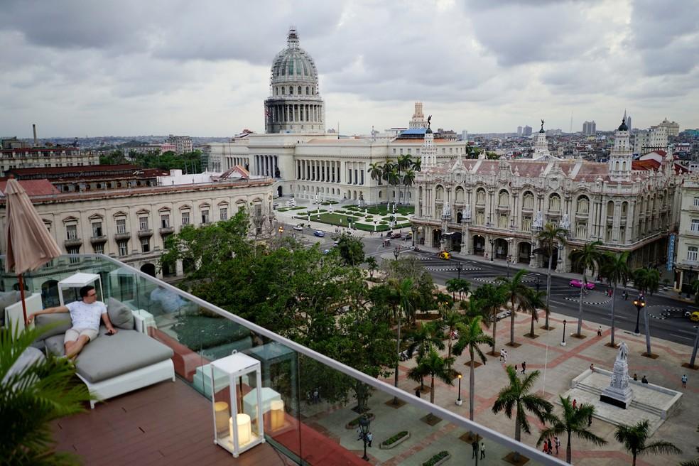 Em foto de arquivo, turista aprecia vista em Havana, Cuba (Foto: Alexandre Meneghini/Reuters)