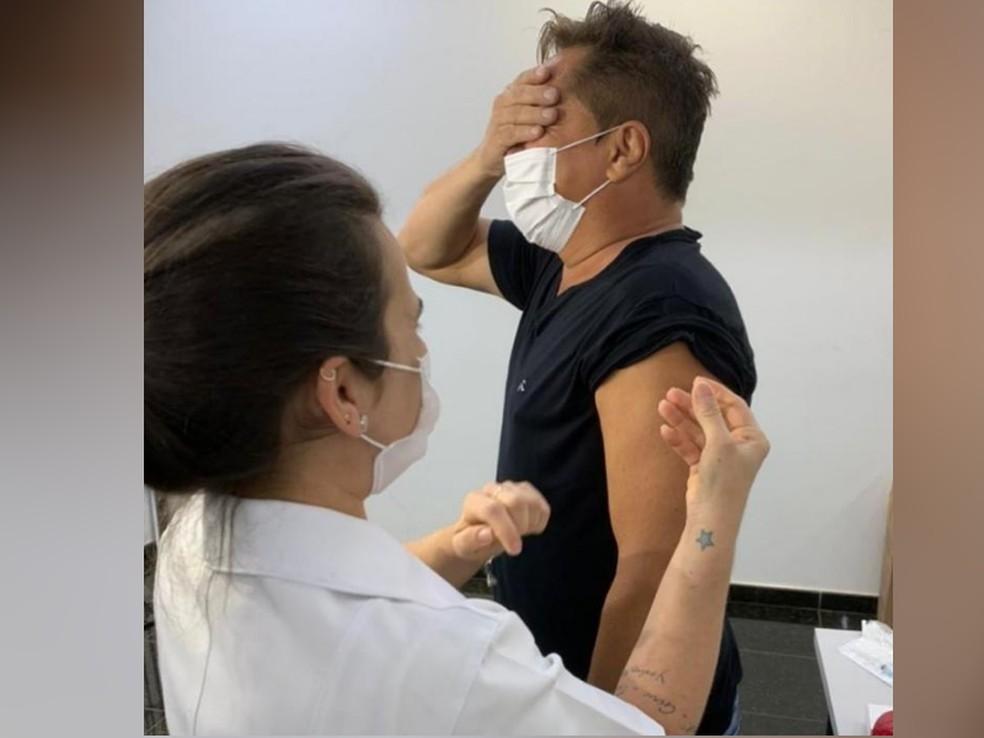 Cantor Leonardo faz postagem brincando com aplicação de vacina contra Covid-19 em Goiânia — Foto: Reprodução/Instagram