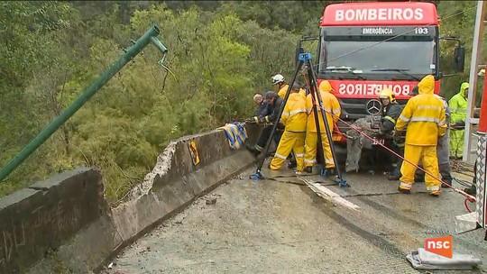 Motorista morre após caminhão cair em penhasco de 250 metros na Serra do Rio do Rastro em SC