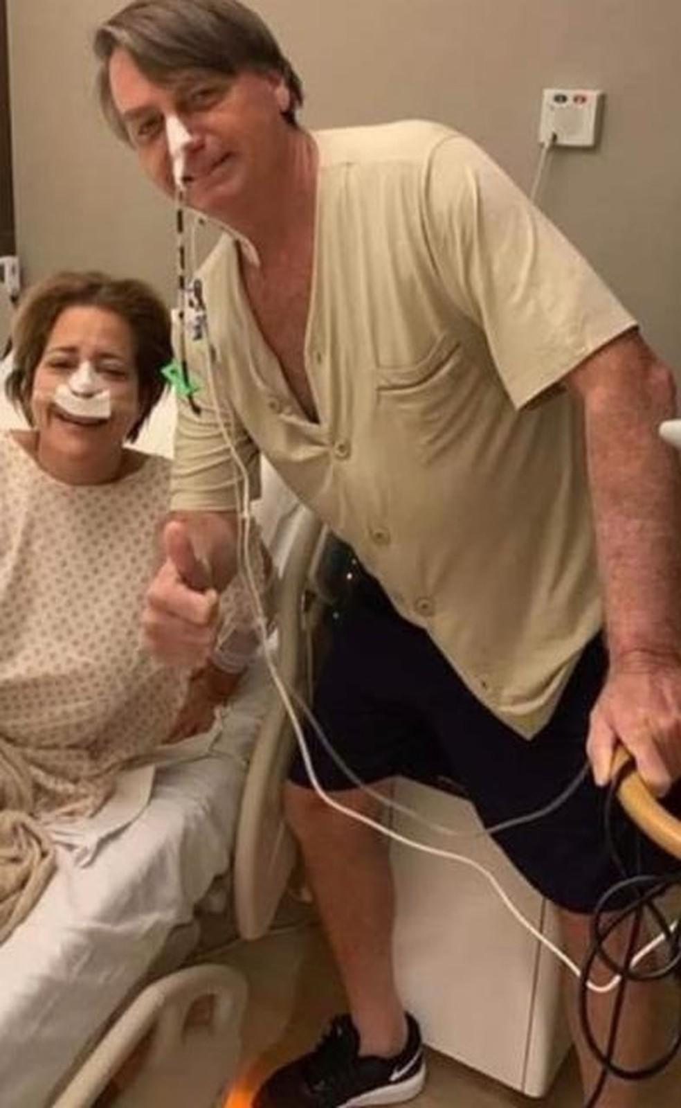 Michele posta foto de Bolsonaro de pé e sorrindo — Foto: Reprodução/ Redes sociais