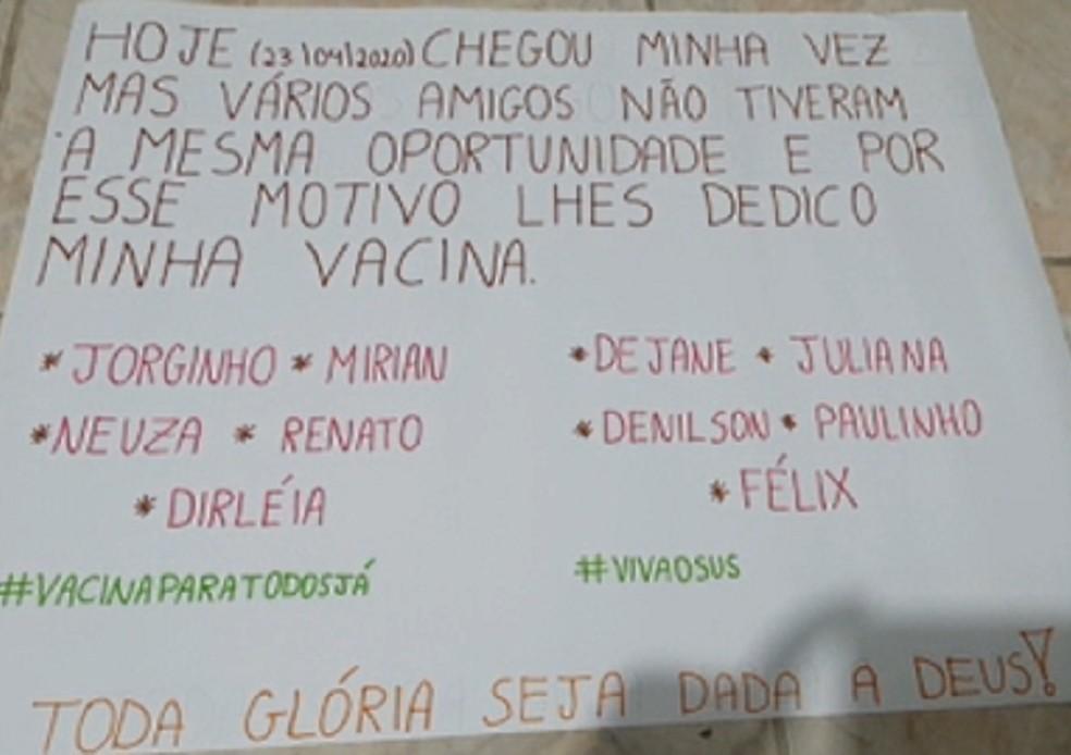 Cartaz em homenagem reúne o nome de 10 amigos de Elson Porto que morreram vítimas da Covid-19 — Foto: Arquivo pessoal
