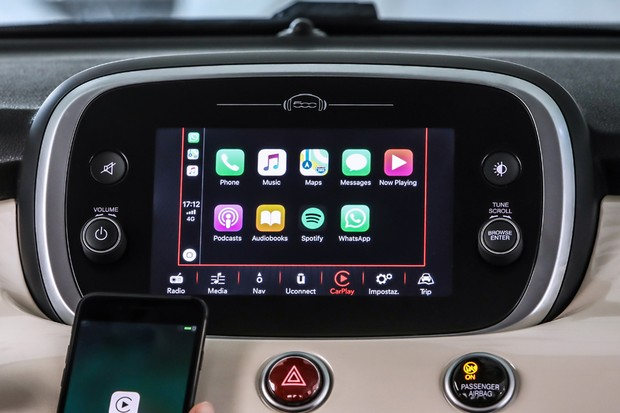 Central multimídia de sete polegadas é compatível com Apple CarPlay e AndroidAuto (Foto: Divulgação)