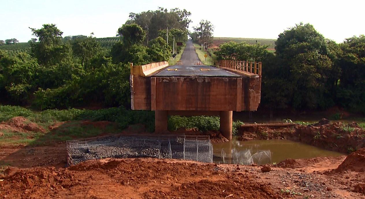 Moradores de Matão cobram conclusão de obra em ponte intransitável há quase 6 meses - Radio Evangelho Gospel