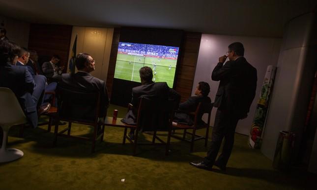 Deputados federais acompanham o clássico entre Cruzeiro e Atlético no restaurante da Câmara