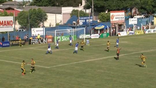 Dinelson, do Cascavel, recebe o prêmio de gol mais bonito do Paranaense