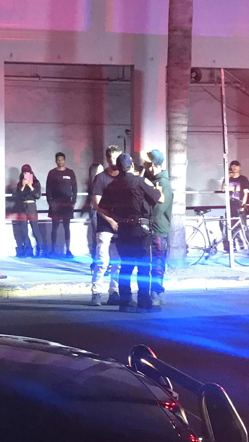 Justin Bieber conversa com policiais após acidente (Foto: ASSOCIATED PRESSAP)