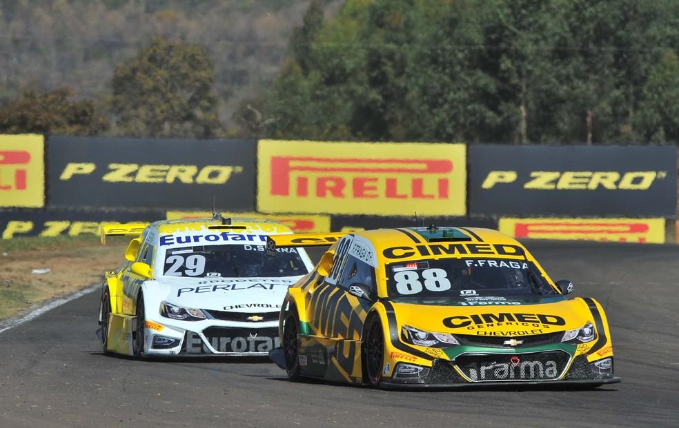 Felipe Fraga superou Daniel Serra com uma ultrapassagem por fora (Foto: Fernanda Freixosa/ Stock Car)