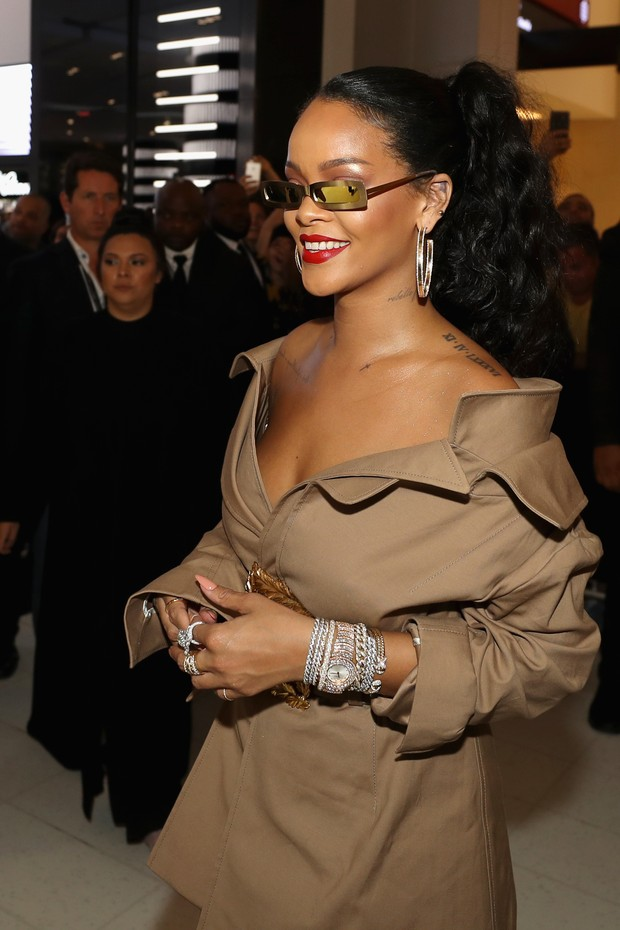 Rihanna usando um mix de metais (Foto: Getty Images)