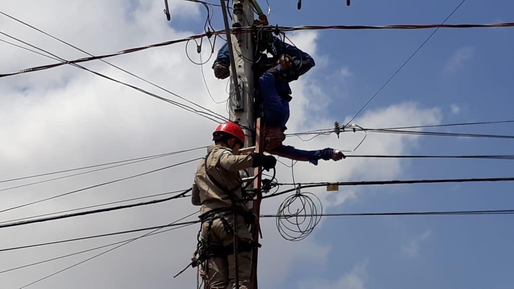 Energisa alerta para os riscos de mexer em rede de energia após homem levar choque e ficar pendurado em poste - Notícias - Plantão Diário