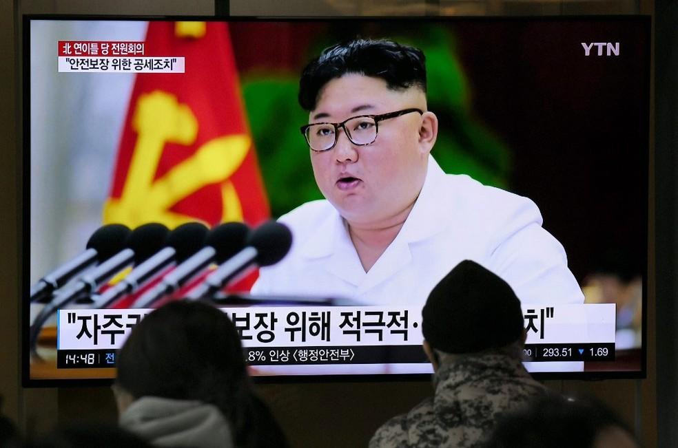 Sul-coreanos assistem na estação ferroviária em Seul uma transmissão televisiva com fotos do líder norte-coreano Kim Jong-un — Foto: Jung Yeon-je / AFP