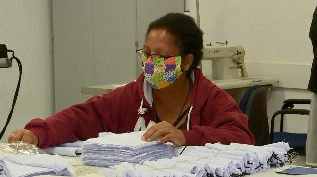 Voluntárias fazem máscaras para serem doadas pela prefeitura em Sorocaba