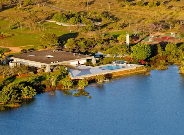 Em memorial descritivo, Oscar Niemeyer, autor do projeto, explica que decidiu misturar características das antigas casas de fazenda com a moderna técnica de concreto armado (Foto: Ichiro Guerra/Reprodução)