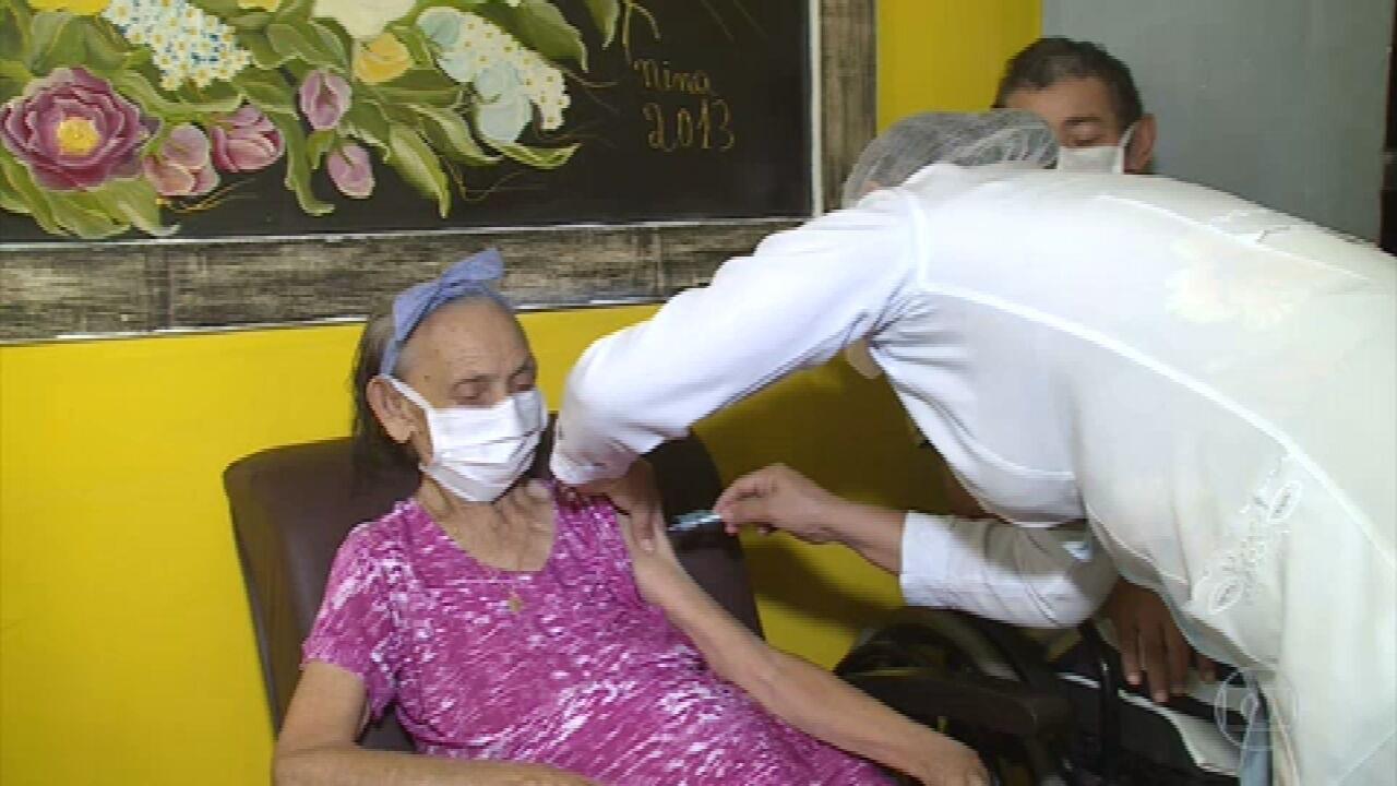No interior de Pernambuco, idosos começam a receber a segunda dose da vacina contra a Covid