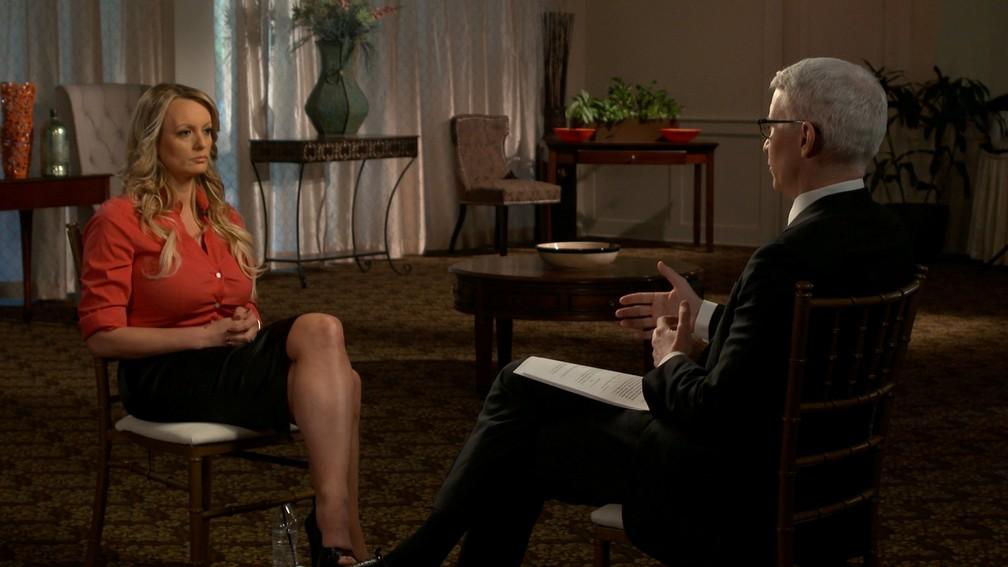 Stormy Daniels em entrevista para Anderson Cooper, da rede americana CBS (Foto: CBSNews)