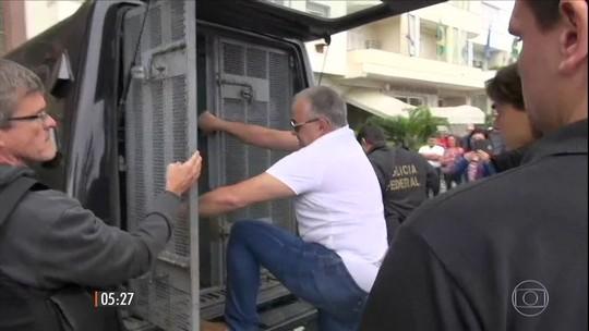 Cavendish é levado de casa pela PF para voltar à cadeia no Rio