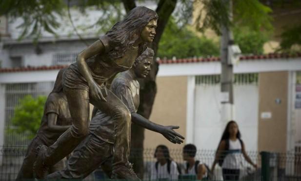 Escola Municipal Tasso da Silveira, onde aconteceu o massacre de Realengo, em 2011. Na foto, esculturas em homenagem as vítimas, ao lado da escola