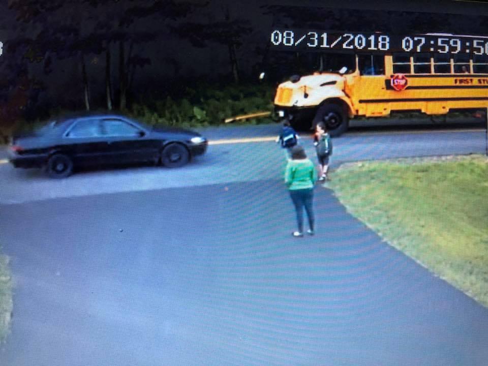 Cena do vídeo de vigilância mostra carro passando muito perto do menino (Foto: Reprodução Facebook)