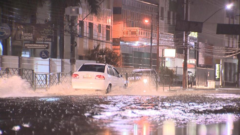 Alagamento na avenida César Hilal, em Vitória, na noite desta quarta-feira (11) (Foto: Manoel Neto/ TV Gazeta)