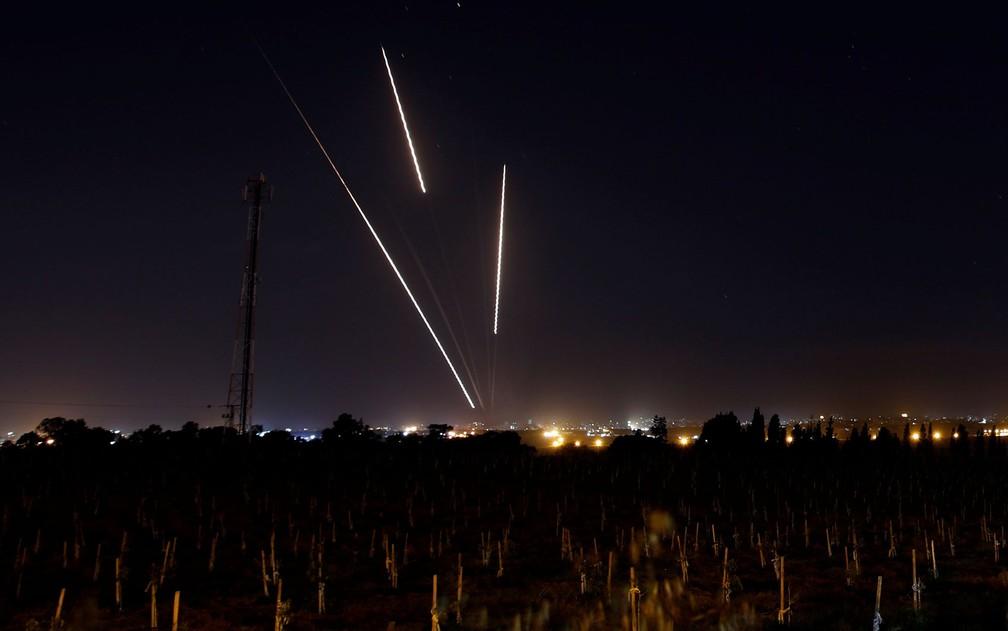 Foguetes são disparados da Faixa de Gaza em direção a Israel, na segunda-feira (25) — Foto: Reuters/Amir Cohen