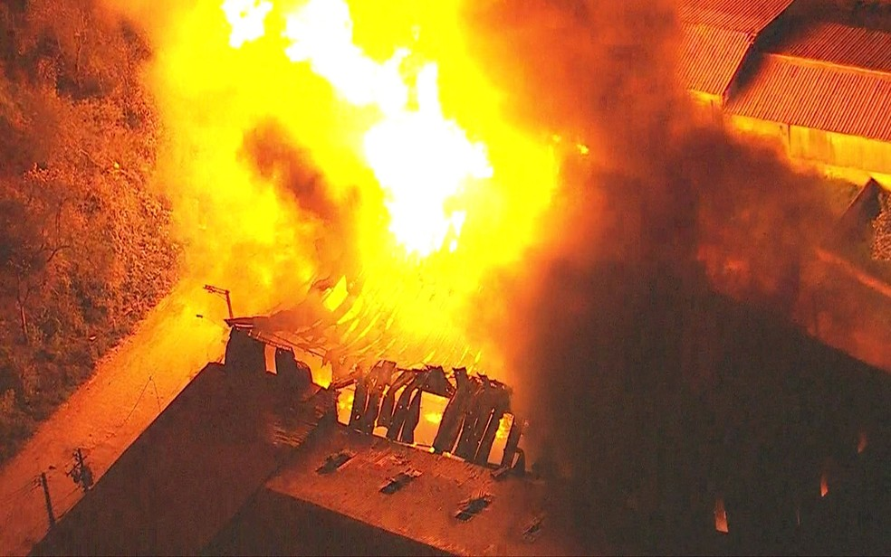 Incêndio em fábrica de Itapevi, na Grande São Paulo — Foto: Reprodução/TV Globo