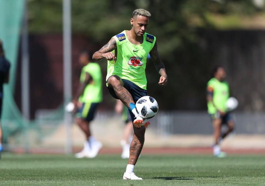 Um dia após deixar treino com dores, Neymar volta a trabalhar com bola
