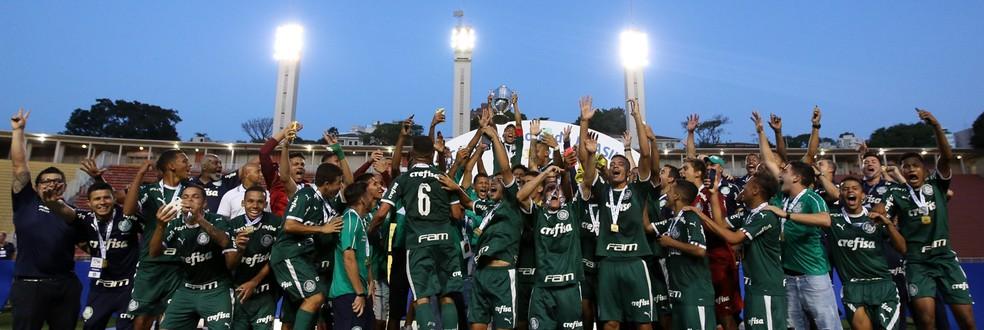 Gabriel Veron ergue a taça do Palmeiras na Copa do Brasil Sub-17 — Foto: Fabio Menotti/Ag Palmeiras/Divulgação