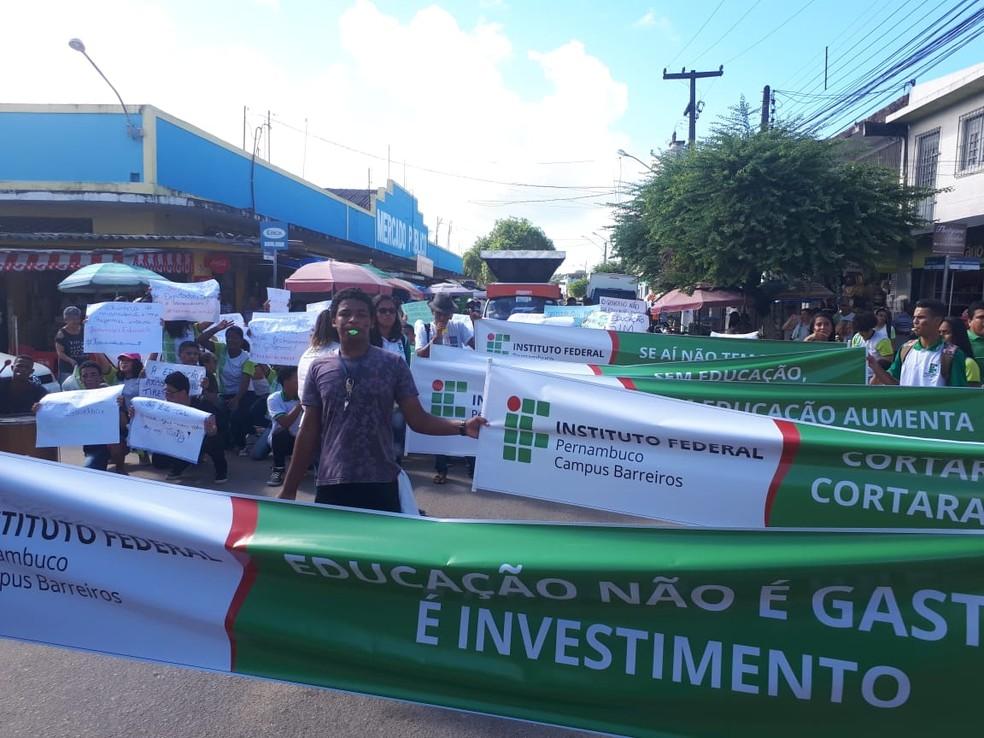 Estudantes do IFPE Barreiros, na Mata Sul de Pernambuco, realizaram protesto nesta quarta-feira (15) — Foto: Reprodução/WhatsApp