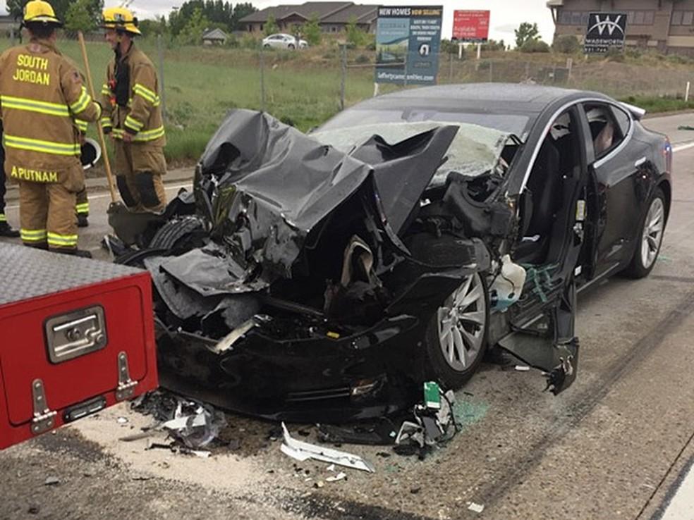 Model S da Tesla fica destruído após bater em caminhão de bombeiro nos EUA (Foto: South Jordan Police Department/AP)