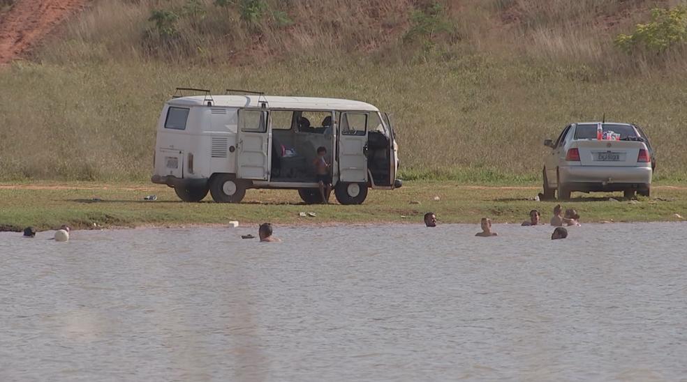 Banhistas na lagoa da Quinta da Bela Olinda: local considerado pela Defesa Civil como de alto risco para afogamentos — Foto: Reprodução/TV TEM