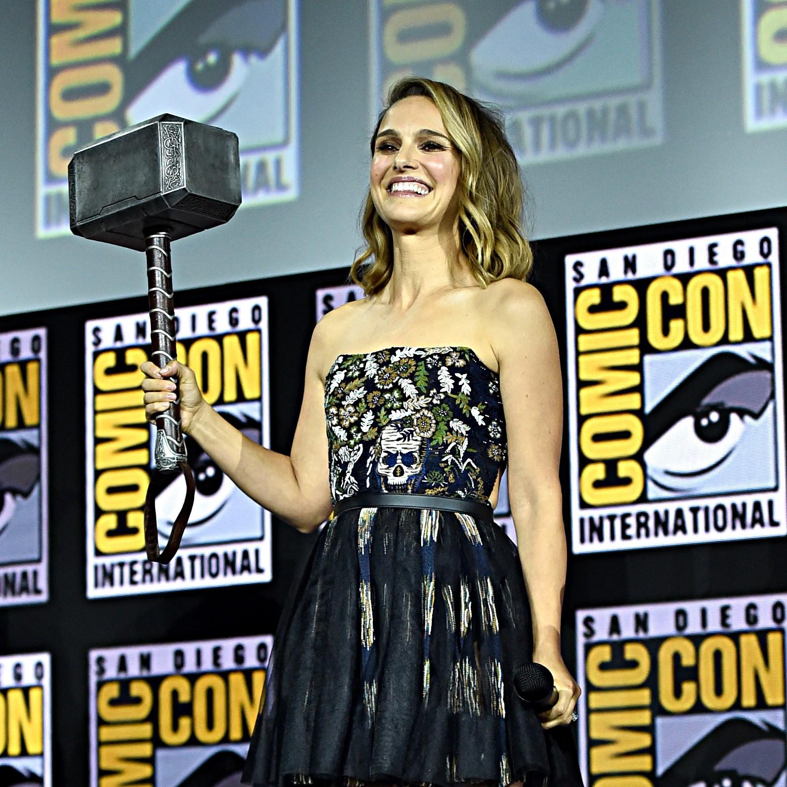 A atriz Natalie Portman com a Mjolnir, o materlo do herói Thor, na San Diego Comic-Con 2019 (Foto: Getty Images)