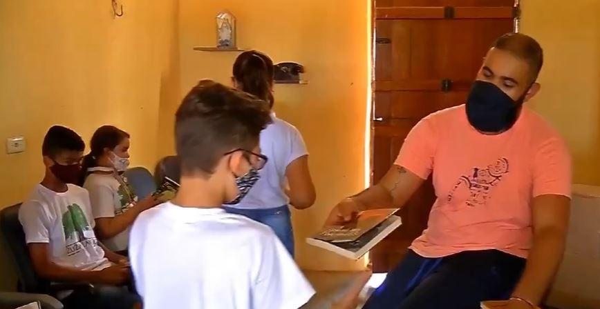 'Mochileiro pela educação': ex-carteiro viaja 860 km para distribuir livros no Ceará
