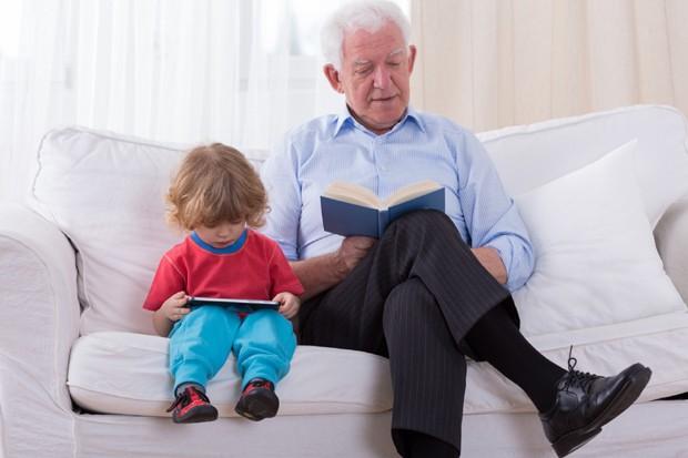 Avô e criança lendo (Foto: Thinkstock)