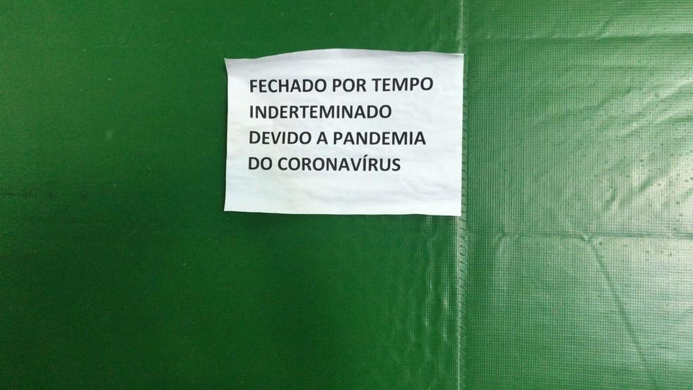 Aviso informa que o fechamento é por causa da pandemia — Foto: João Guilherme Lobasz/G1