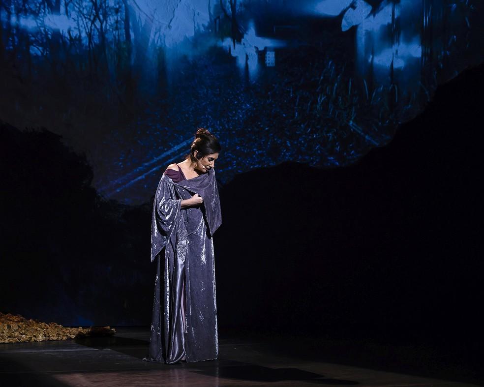 Zizi Possi arrebata ao interpretar 'Se eu quiser falar com Deus' no espetáculo 'À flor da pele' — Foto: Caio Galucci / Divulgação