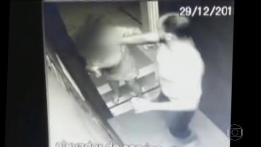 Mulher filmada sendo agredida com socos e tapas em elevador ainda está com hematomas e fez exame no IML, diz delegada