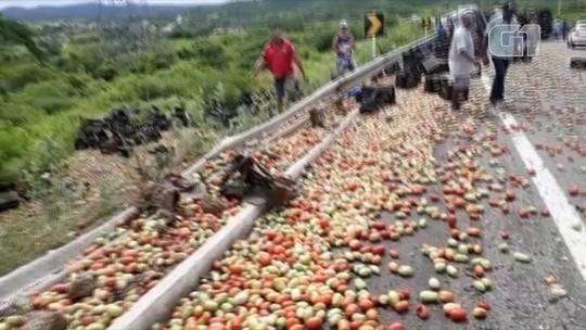 Caminhão carregado com tomates tomba e motorista morre preso às ferragens no RN