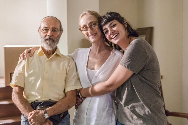 Osmar Prado, Betty Gofman e Verônica Debom nos bastidores de 'Órfãos da terra' (Foto: TV Globo)