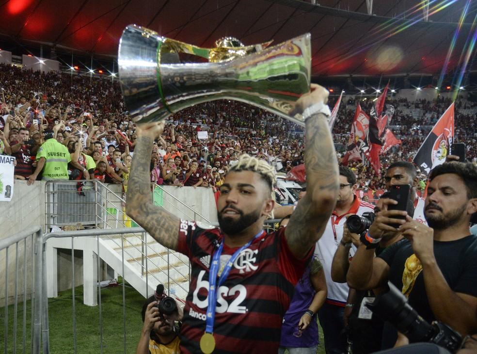 Gabigol levanta taça de campeão brasileiro — Foto: André Durão