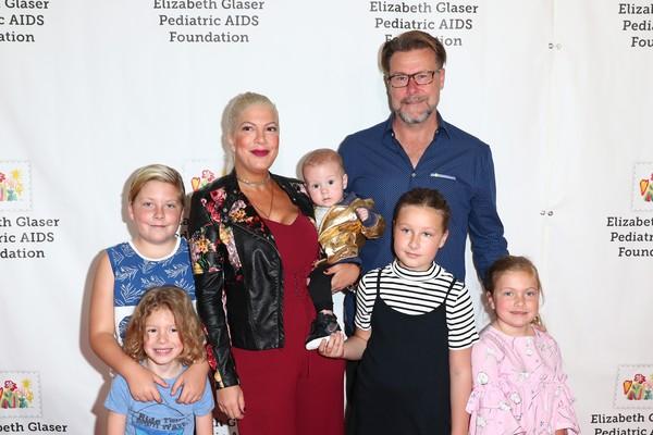 A atriz Tori Spelling em meio aos filhos e marido (Foto: Getty Images)