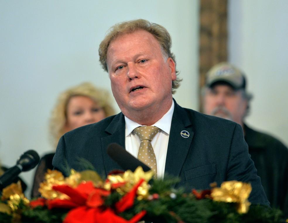 Deputado republicano Dan Johnson fala em igreja nos Estados Unidos na terça-feira (12)  (Foto: Timothy D. Easley/ AP)