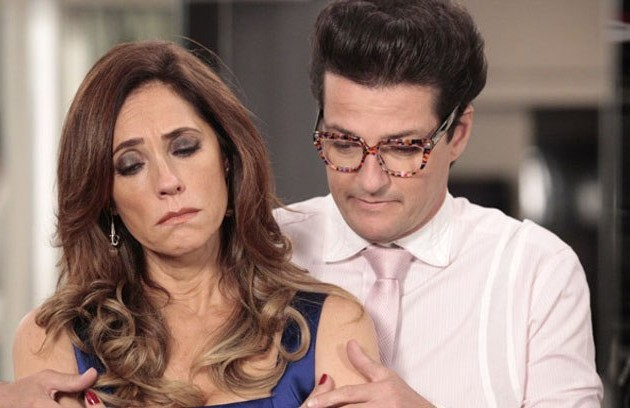 Na segunda-feira (8), Tereza Cristina (Christiane Torloni) manda Crô (Marcelo Serrado) dispensar os empregados para receber Pereirinha (José Mayer) (Foto: TV Globo)