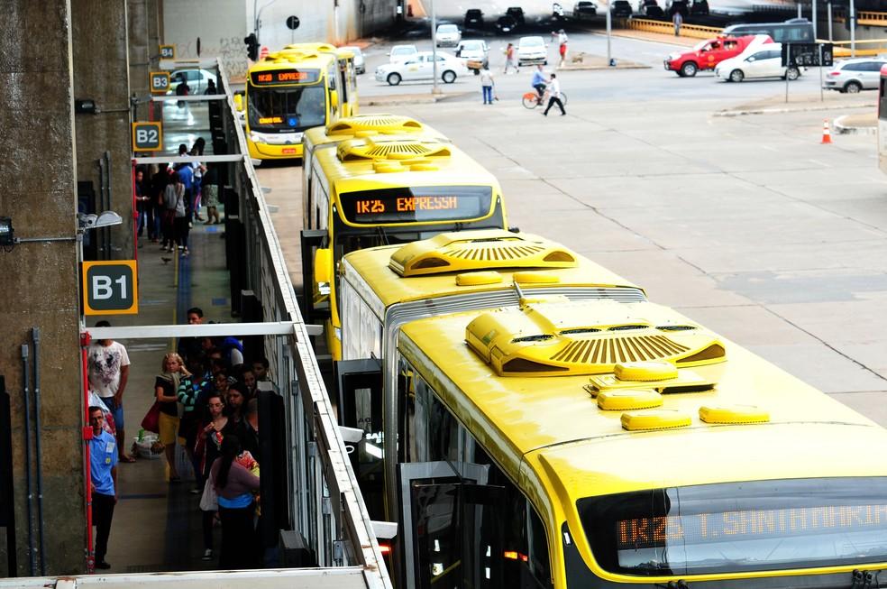 Passageiros embarcam no BRT, em Brasília — Foto: Tony Winston/Agência Brasília