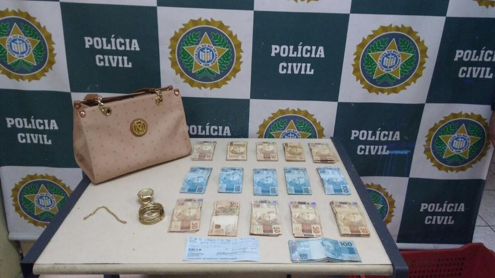 No momento da abordagem dos policiais, ex-mulher de Nem estava com R$15.200 em dinheiro, referentes a recebimentos de títulos adulterados da instituição financeira (Foto: Divulgação/Polícia Civil)