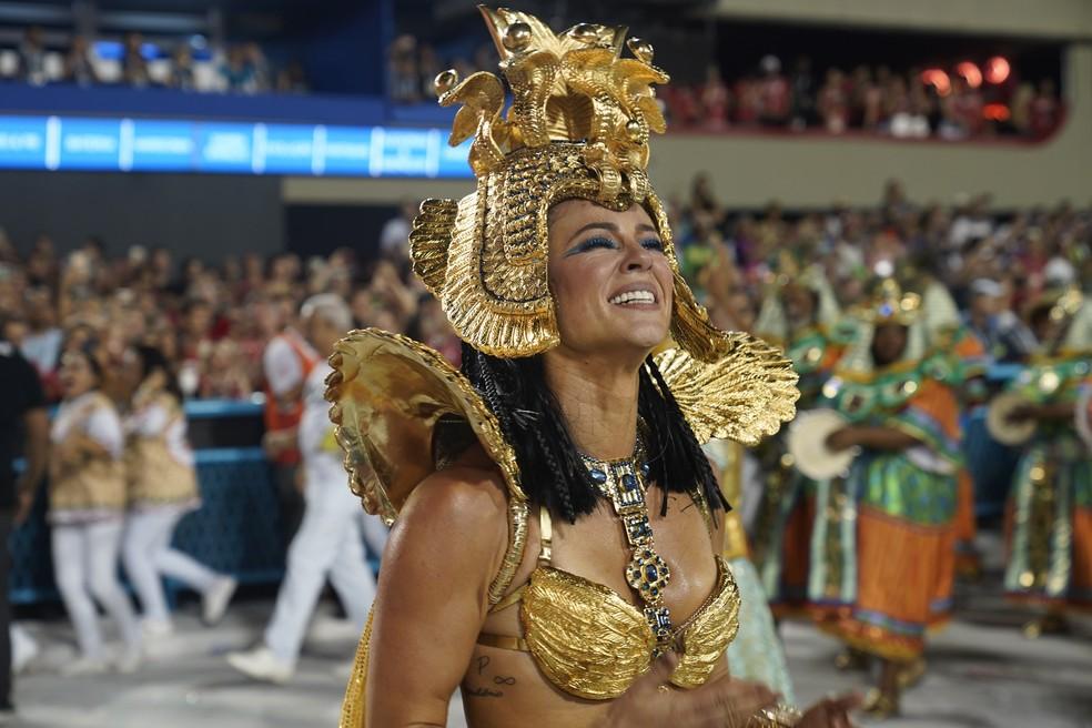 Paolla Oliveira chora de emoção no desfile da Grande Rio. — Foto: Jorge Soares