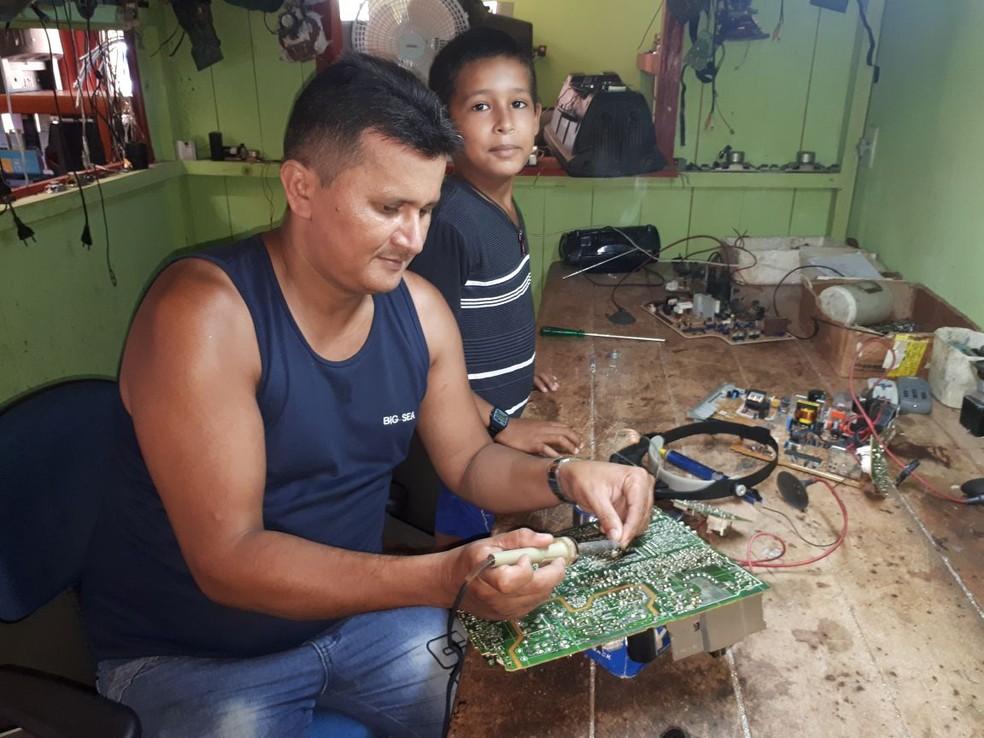 Claudemir da Silva Lima, de 41 anos, pai de Daniel, diz que o filho quer seguir seus passos (Foto: Adelcimar Carvalho/G1)